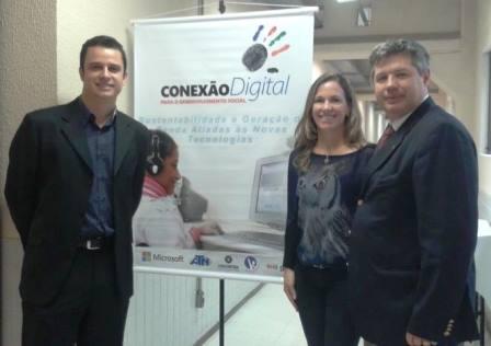Na foto, representates do Instituto GRPCOM, Centro de Ação Voluntária e UNICURITIBA.